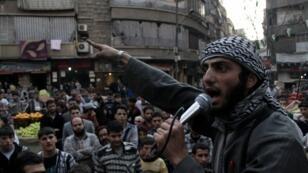 Un membre de l'EIIL s'adressant à la foule à Alep