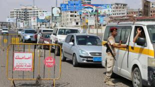 Un combatiente del sur de Yemen verifica los coches en un puesto de control en la ciudad de Aden, Yemen, el 2 de febrero de 2018.