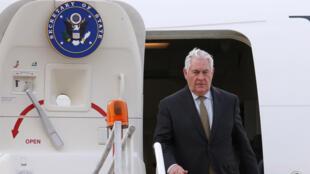 El Secretario de Estado de los Estados Unidos, Rex Tillerson, baja de su avión mientras llega al hangar presidencial en la Ciudad de México, México, el 1 de febrero de 2018.