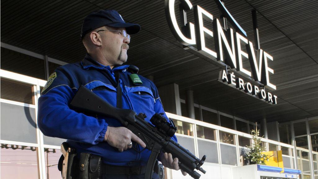 Un policier en patrouille à l'aéroport de Genève, en décembre 2015.
