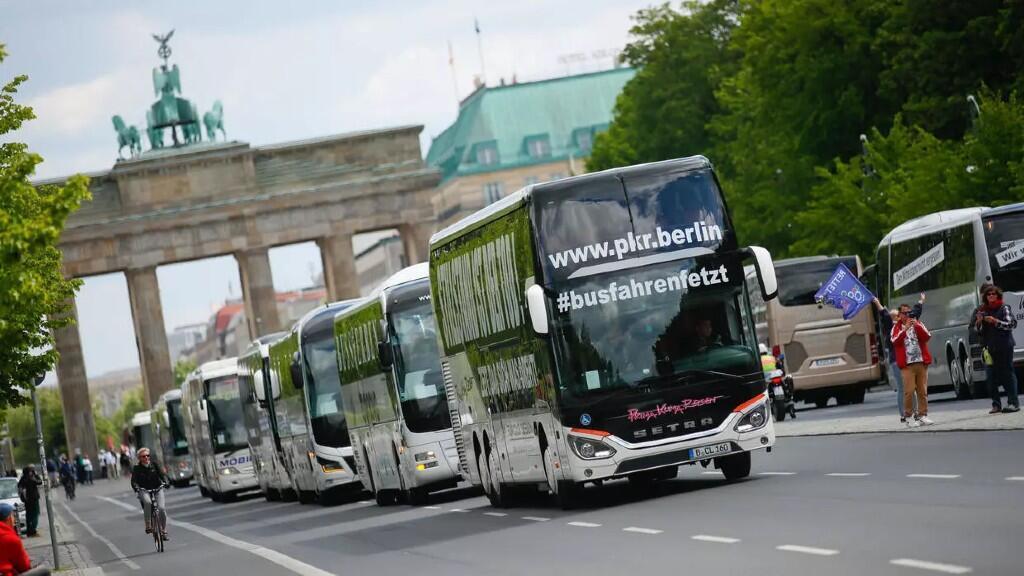 Los trabajadores de la industria del turismo se manifiestan con un desfile de autobuses que exigen ayuda financiera del gobierno alemán en Berlín, Alemania, el 13 de mayo de 2020.