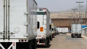 Les camions méxicains de marchandises attendent au poste frontière de Otay, à Tijuana, le 7 juin 2019.