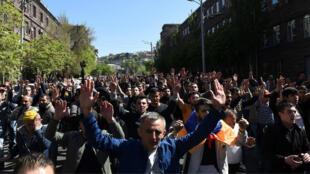 Ciudadanos armenios salieron a las calles en rechazo a la intención del expresidente Sargsián de mantenerse en el poder.