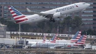 طائرة من طراز بوينغ 737-ماكس تقلع من مطار أرلينغتون بولاية فرجينيا الأمريكية.