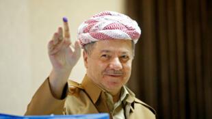 El expresidente del Kurdistán iraquí, Masud Barzani, muestra su dedo manchado de tinta después de emitir su voto durante las elecciones parlamentarias en la región semiautónoma, en las afueras de Erbil, Irak, el 30 de septiembre de 2018.