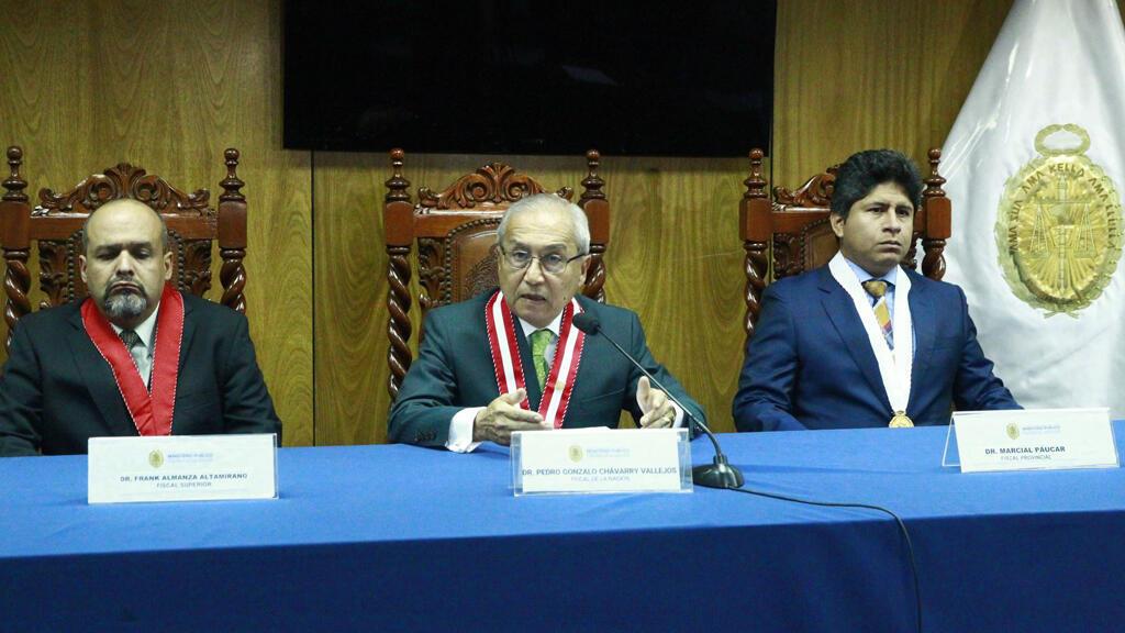 El fiscal de la Nación, Pedro Chávarry, en el centro de la imagen, el 31 de diciembre cuando anunció el reemplazo de los fiscales Rafael Vela Barba y José Domingo Pérez del Equipo Especial a cargo del caso Lava Jato en el Ministerio Público.