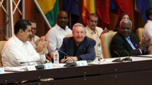 El presidente de Cuba Raúl Castro mirando, sentado entre el presidente de Venezuela Nicolas Maduro y el presidente de la Asamblea Nacional de Cuba Esteban Lazo en La Habana, el 14 de diciembre 2017.