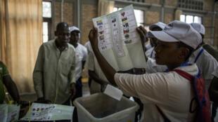 Malgré les appels de la communauté internationale, le scrutin controversé au Burundi a été maintenu, lundi 29 juin 2015.
