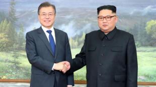 Pour la deuxième fois, les deux dirigeants coréens se sont rencontrés sur la ligne de démarcation samedi 26 mai.