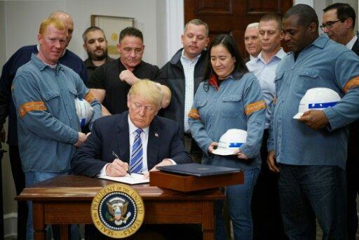 دونالد ترامب خلال توقيعه قرار فرض رسوم جمركية على واردات الصلب والألمنيوم في 2018/03/08