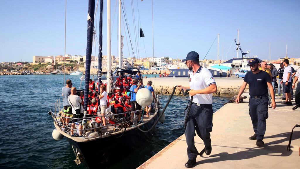 El barco de rescate de migrantes Alex, de la ONG italiana Mediterranea Saving Humans, rescató a 41 migrantes de los muelles de Libia. En la foto, llega al puerto de Lampedusa, isla de Sicilia, Italia, el 6 de julio de 2019.