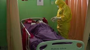 Un doctor revisa un paciente contagiado con el nuevo coronavirus en la unidad de cuidados intensivos del hospital San Rafael en Santa Tecla, La Libertad, a 10 km de El Salvador, el 16 de mayo de 2020