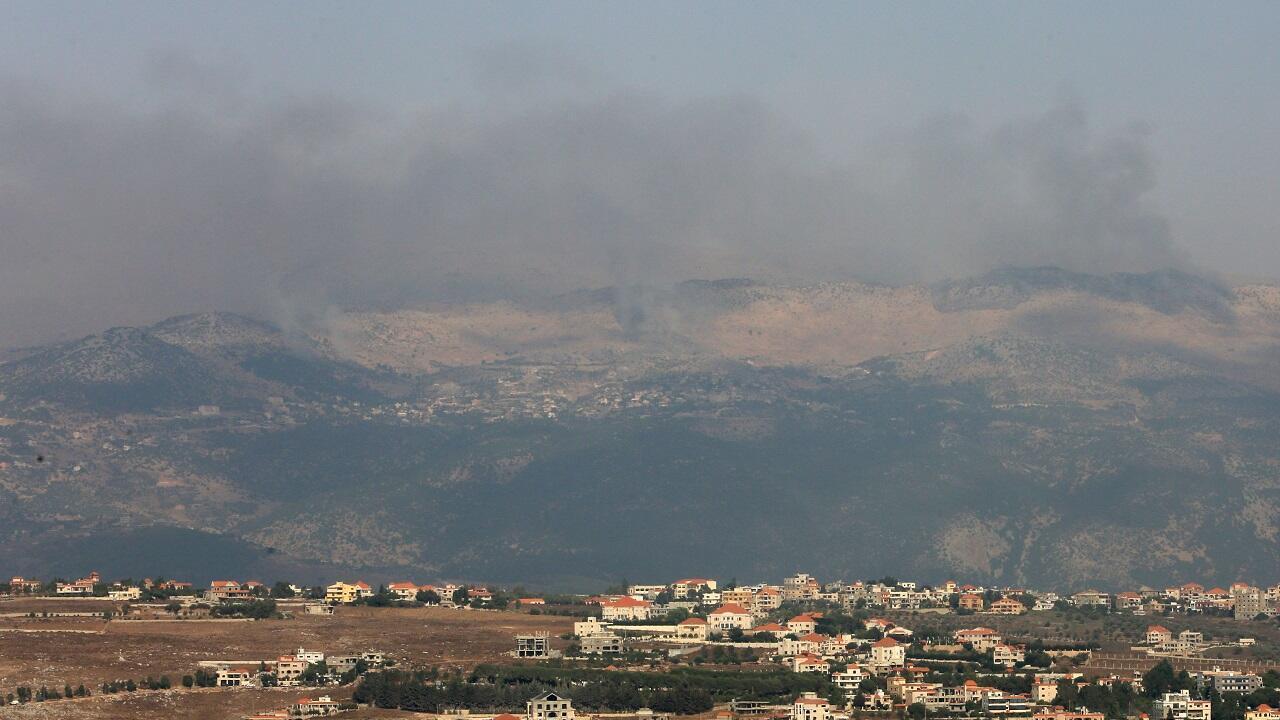 تصاعد أعمدة الدخان من مزارع شبعا المتنازع عليها كما يظهر من قرية مرجعيون في جنوب لبنان. 27 يوليو/تموز 2020.