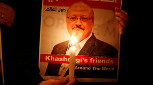 Un manifestant tient un poster à l'effigie de Jamal Khashoggi à l'extérieur du consulat d'Arabie saoudite à Istanbul, le 25 octobre 2018.