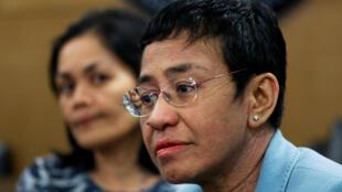 La Directora Ejecutiva de Rappler, María Ressa, espera dentro de la Oficina Nacional de Investigación en Manila, Filipinas, el 13 de febrero de 2019.