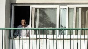 Hosni Moubarak à la fenêtre de sa chambre de l'hôpital militaire du Caire en octobre 2016.