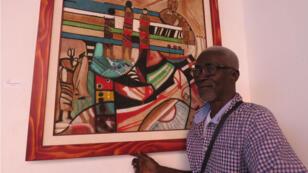 Youssouf Bath, maître du vohou-vohou, devant son œuvre consacrée à l'immigration.