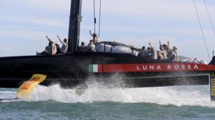 El equipo de Luna Rossa festeja la clasificación para la Copa América el domingo 21 de febrero en Auckland, Nueva Zelanda