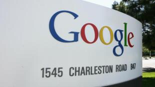 """شعار شركة الإنترنت الأميركية العملاقة """"غوغل"""" في تشارلستون رود"""