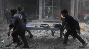Des volontaires de la défense civile viennent en aide aux victimes des bombardements du régime syrien sur la zone rebelle assiégée de la Ghouta, près de Damas, le 3 décembre 2017.