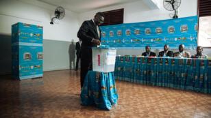 Le secrétaire général de la présidence camerounaise au bureau de vote de Bastos, à Yaoundé, où le président sortant Paul Biya doit voter dans la journée.