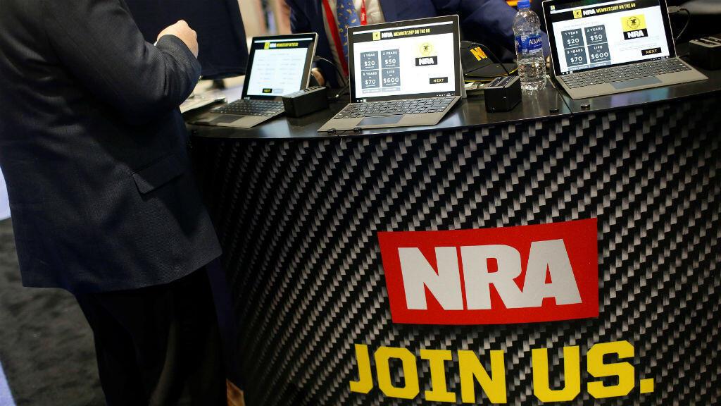 Personas participando de la Conferencia de Acción Política Conservadora (CPAC) de la Asociación Nacional del Rifle (NRA) en Maryland, EE. UU., El 23 de febrero de 2018