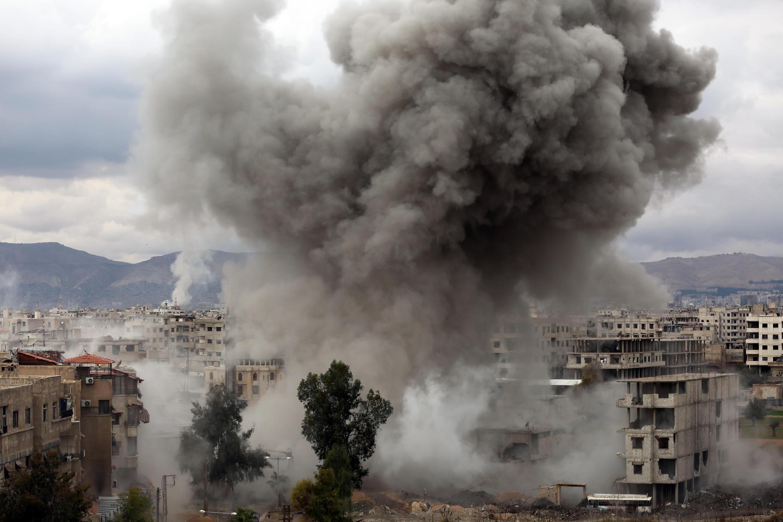 Humo tras los bombardeos del gobierno sirio sobre Kafr Batna, en la región de Guta Oriental, en las afueras de la capital, Damasco, el 22 de febrero de 2018
