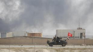 Des soldats irakiens passent devant la raffinerie de Tikrit, en Irak, le 15 octobre 2015.