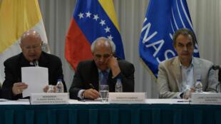 L'envoyé spécial du pape François, monseigneur Claudio Maria Celli, le secrétaire général de l'Union des nations sud-américaines Ernesto Samper et l'ancien chef de gouvernement José Luis Rodriguez Zapatero, vendredi 11 novembre 2016, à Caracas.