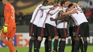 لاعبو ميلان الإيطالي يحتفلون بالفوز على أوستريا فيينا النمساوي 5-1 الخميس 14 أيلول/سبتمبر 2017