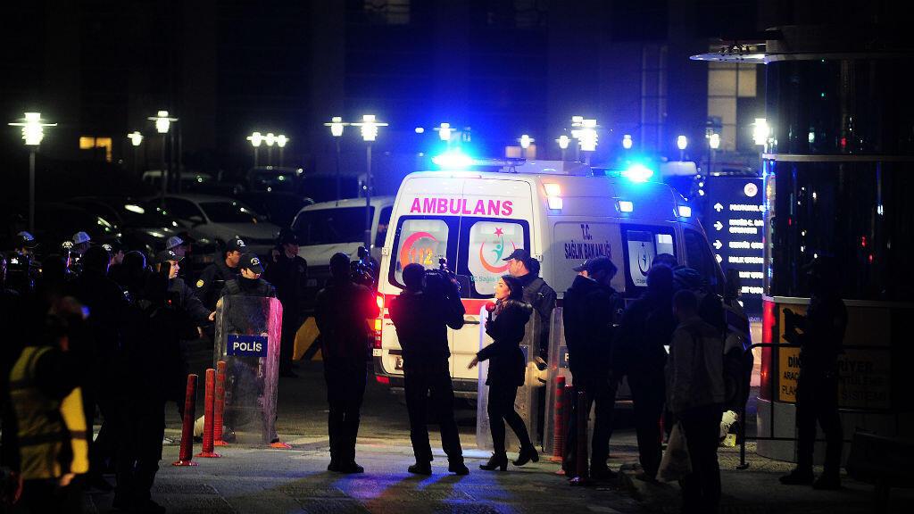 Une ambulance arrive au tribunal d'Istanbul après la prise d'otage du procureur Mehmet Selim Kiraz, le 31 mars 2015.