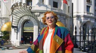 Jeanne Augier, le 14 février 2002, pose devant son hôtel, Le Negresco, à Nice.