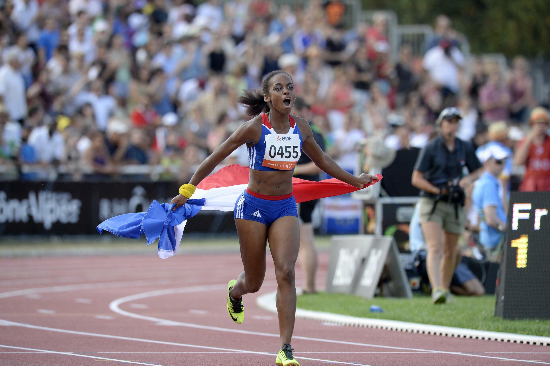 Mandy François-Elie célèbre sa victoire sur le 100 m lors des Mondiaux organisés à Lyon, le 24 juillet 2013.