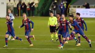 Les joueurs barcelonais célèbrent leur victoire à l'issue de la séance de tirs au but face à la Real Sociedad (1-1, 3 tab à 2), lors de la demi-finale de la Supercoupe d'Espagne, le 13 janvier 2021 à Cordoue
