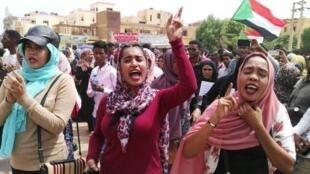 متظاهرات سودانيات يشاركن في مظاهرة دعا لها تجمع المهنيين في حي بحري في شمال الخرطوم في 1 آب/أغسطس 2019.
