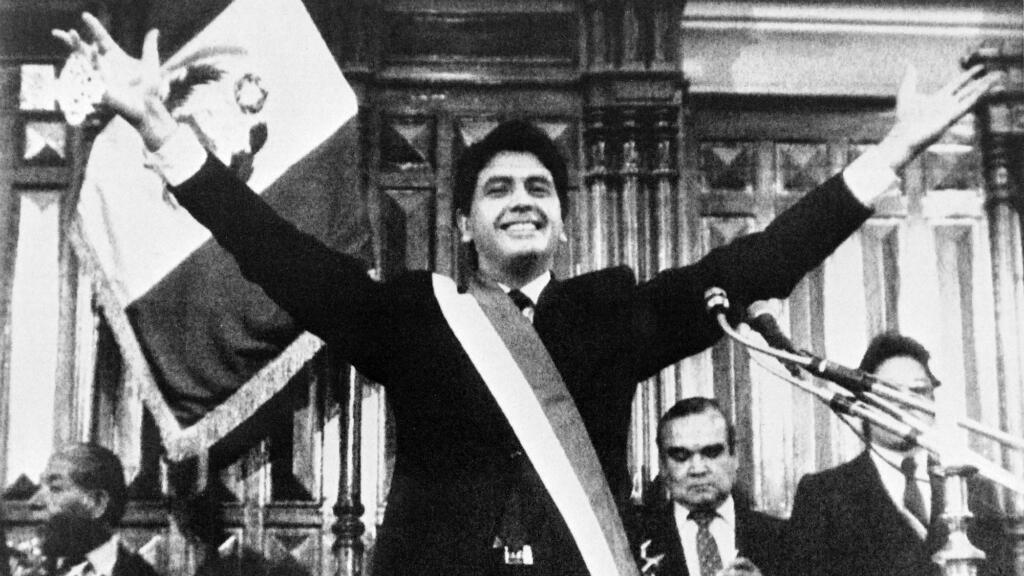 Imagen de archivo. El presidente peruano, Alan García, hace un gesto durante su primera investidura en Lima, Perú, el 28 de julio de 1985.