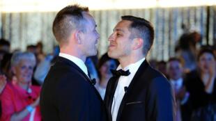 Bruno Boileau et Vincent Autin, le premier couple homosexuel à se marier officiellement en France, en mai 2013.