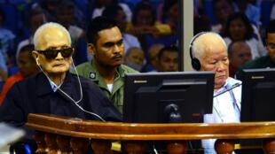 Nuon Chea (à gauche) et Khieu Samphan (à droite) dans la salle d'audience du tribunal spécial pour le Cambodge de Phnom Penh, le 23 novembre.