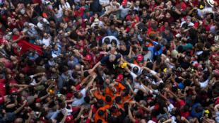 El expresidente brasileño Luiz Inácio Lula da Silva es acompañado por una multitud de seguidores en el sindicato metalúrgico en Sao Bernardo do Campo, Brasil, el 7 de abril de 2018.