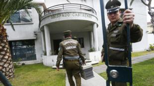 Miembros de la policía de investigaciones criminales, ingresan al obispado militar en Santiago, durante un allanamiento el 09 de agosto de 2018.