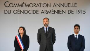 Le Premier ministre Edouard Philippe, la mairie de Paris Anne Hidalgo et  Mourad Papazian, co-président du Conseil de Coordination des organisations Arméniennes de France (CCAF), lors de la cérémonie organisée à Paris, le 24 avril 2019.