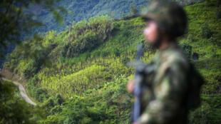 Un soldado hace guardia en Pueblo Nuevo, en el Municipio de Briceño, Antioquia, Colombia el 18 de Mayo de 2017.