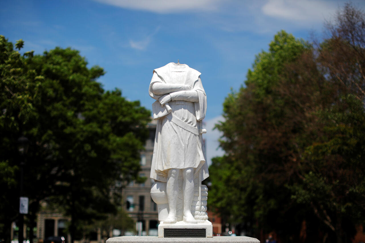 La cabeza de una estatua de Cristóbal Colón fue arrancada de la noche a la mañana en medio de protestas contra la desigualdad racial tras la muerte en la custodia policial de George Floyd en Minneapolis, en Boston, Massachusetts, EE. UU., 10 de junio de 2020.