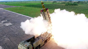 Corea del Norte dispara un misil durante una prueba de un lanzacohetes múltiple en esta imagen particular publicada el 25 de agosto de 2019 por la Agencia Central de Noticias de Corea del Norte (KCNA).