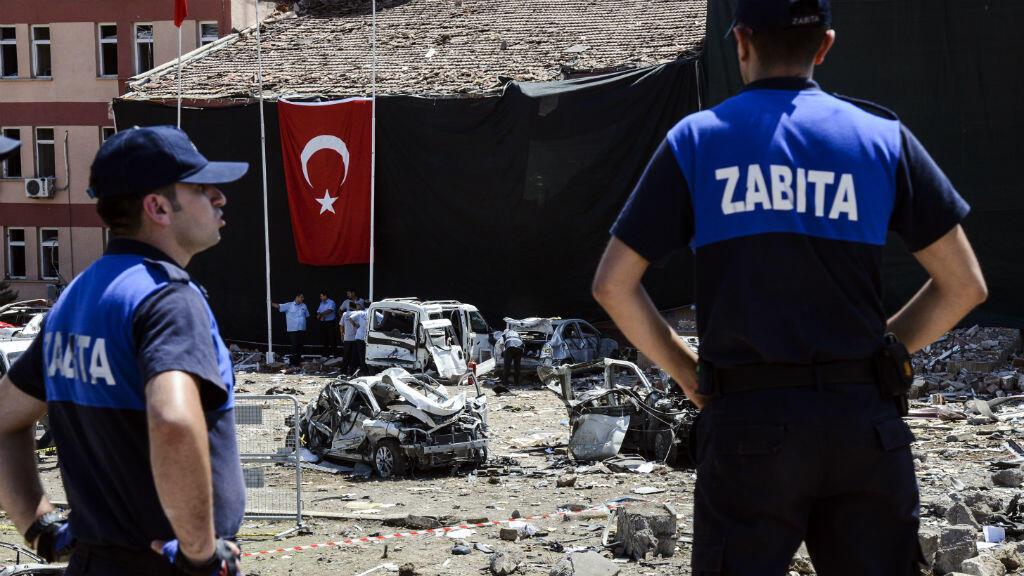 Des policiers turcs jeudi 18 août sur les lieux de l'attentat contre le siège de la police dans la ville d'Elazig.
