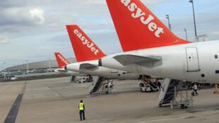 Avions de la compagnie EasyJet sur le tarmac de l'aéroport de Paris Roissy-Charles-de-Gaulle.