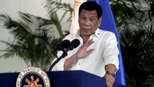 El presidente Rodrigo Duterte habla después de su llegada, en una visita a Israel y Jordania en el aeropuerto internacional de Davao en la ciudad de Davao, en el sur de Filipinas, el 8 de septiembre de 2018.