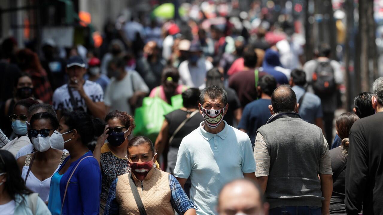 Decenas de personas caminan cerca de la Plaza Zócalo, durante la reapertura gradual de las actividades comerciales, mientras continúa el brote del Covid-19, en Ciudad de México, México, el 14 de julio de 2020.