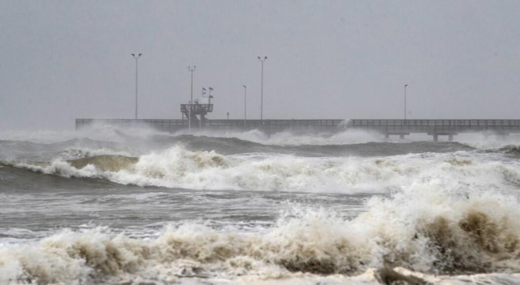 La marea sube en el muelle Bob Hall cuando el huracán Hanna se acerca a tierra en Corpus Christi, Texas, el sábado 25 de julio de 2020.