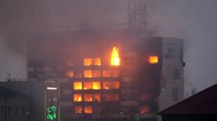 L'immeuble de Grozny abritant des médias et dans lequel les rebelles se sont réfugiés a pris feu dans la nuit.